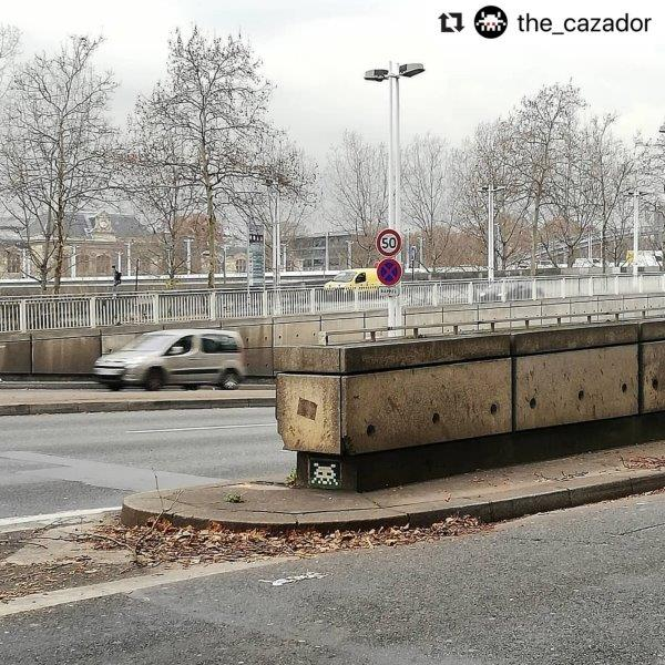 Space Invader PA_924. Photo de @the_cazador. Street art façon pixel art en mosaïque par le street-artiste Invader.