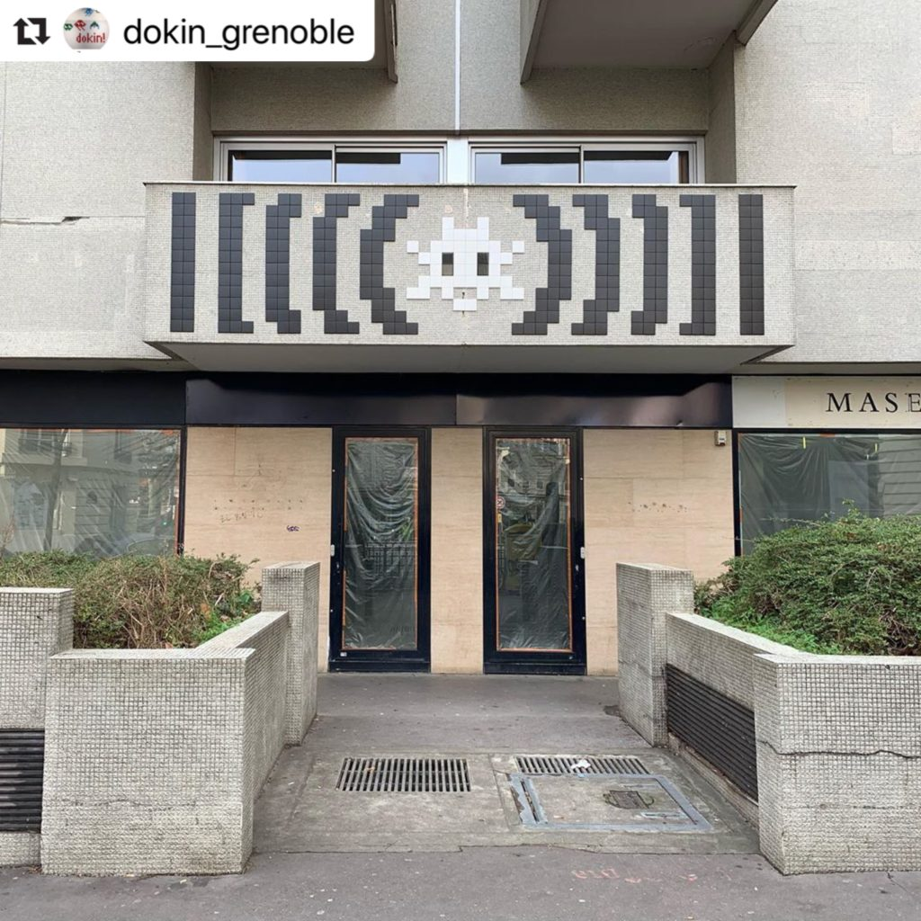 Space Invader PA_1437. Photo de @dokin_grenoble. Street art façon pixel art en mosaïque par le street-artiste Invader.