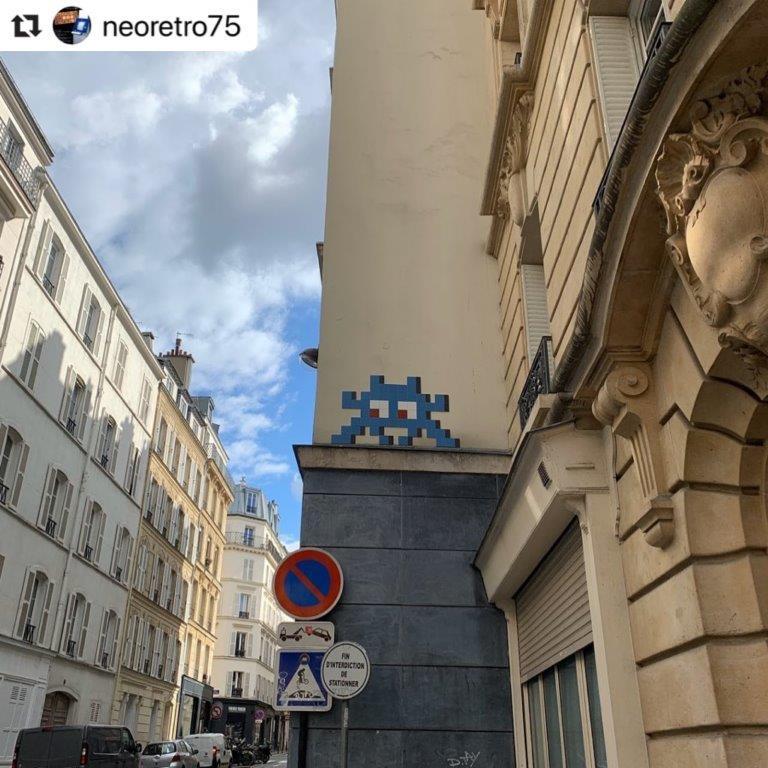 Space Invader PA_1438. Photo de @neoretro75. Street art façon pixel art en mosaïque par le street-artiste Invader.
