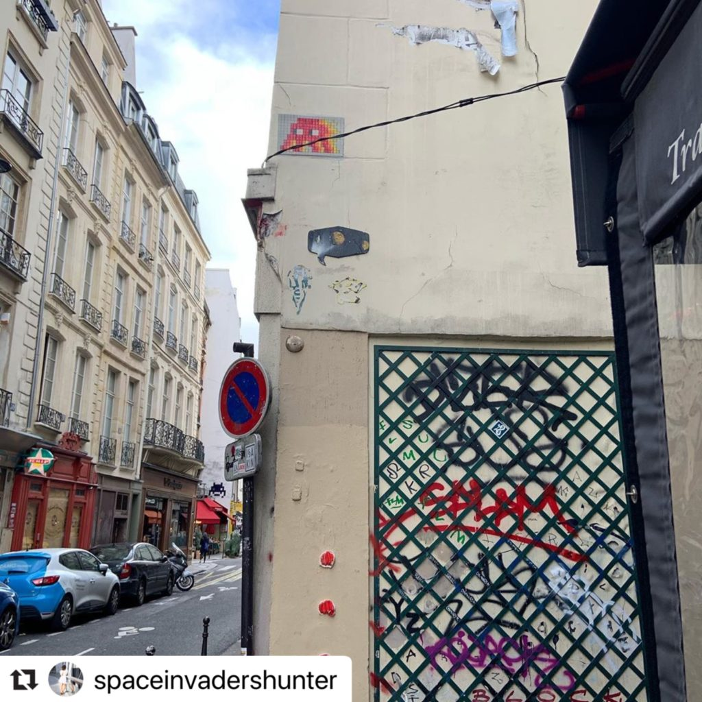 Space Invader PA_493. Photo de @spaceinvadershunter. Street art façon pixel art en mosaïque par le street-artiste Invader.