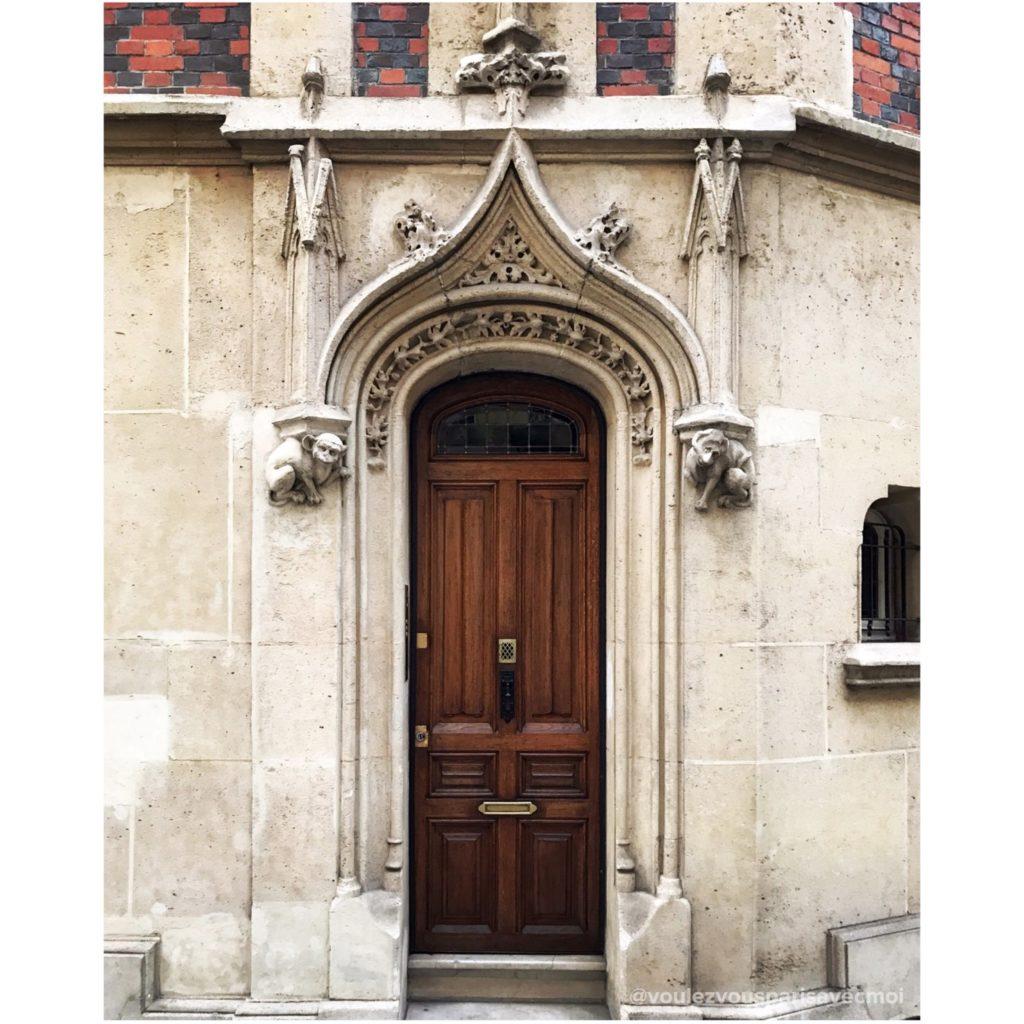 Porte de l'immeuble néo-gothique de la Rue Greuze, dans 16ème arrondissement de Paris.
