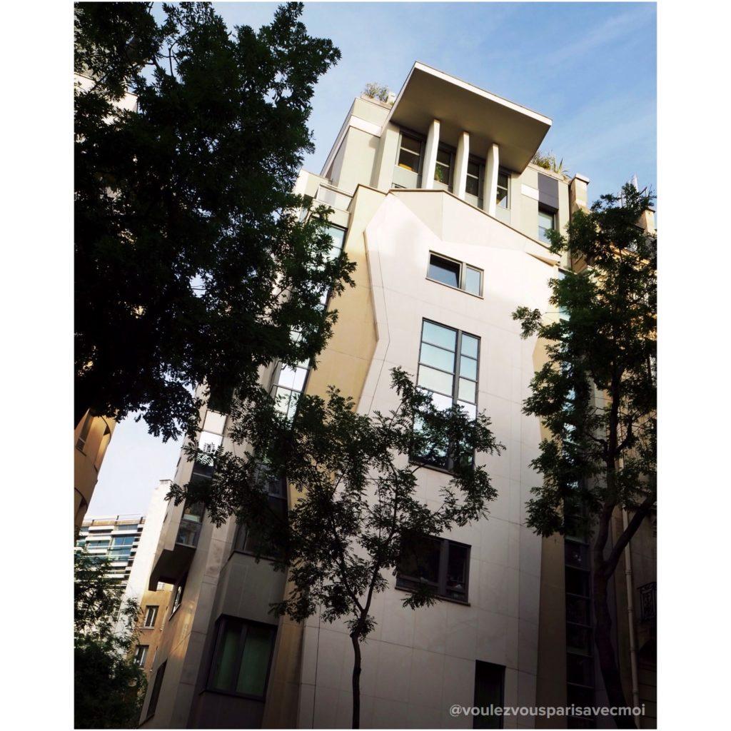 Immeuble de 2006 dessiné par l'architecte Frédéric Borel, Avenue Raymond Poincaré, dans 16ème arrondissement de Paris.