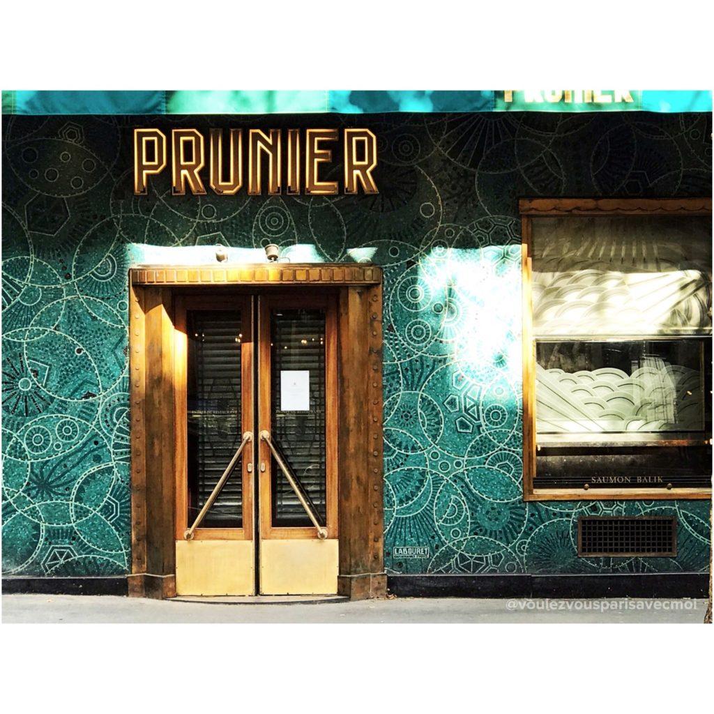 Façade en mosaïque bleue réalisée par Auguste Labouret, au Restaurant Prunier, dans 16ème arrondissement de Paris.
