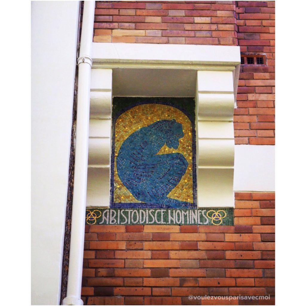 Singe caché sur la façade de la villa de Louis Sorel, à Vincennes.