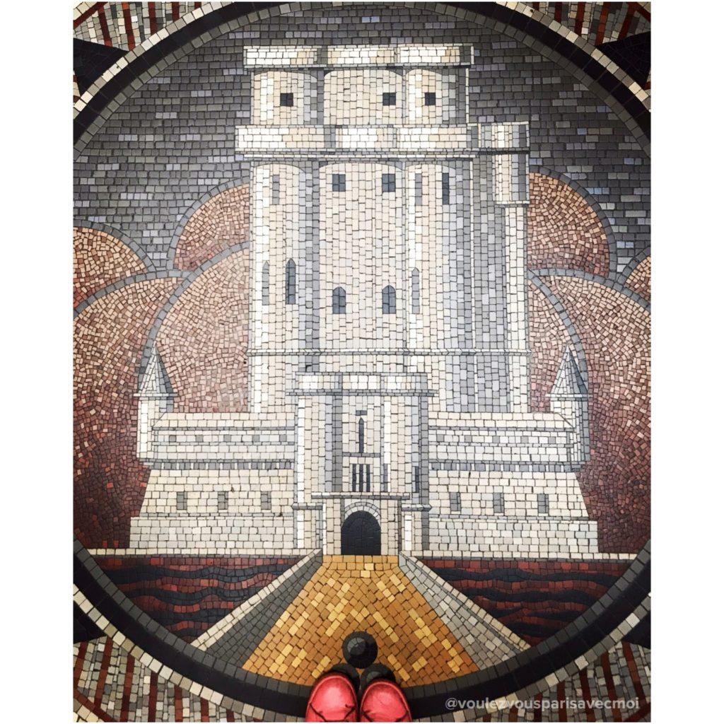 Château de Vincennes en mosaïque sur le sol de la Mairie de Vincennes.