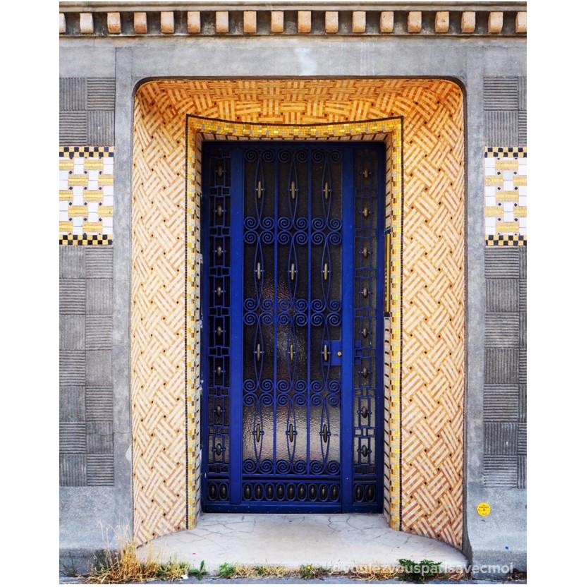 Magnifique porte décorée de céramiques dorées à l'entrée de l'Institut Giacometti, dans le 14ème arrondissement de Paris
